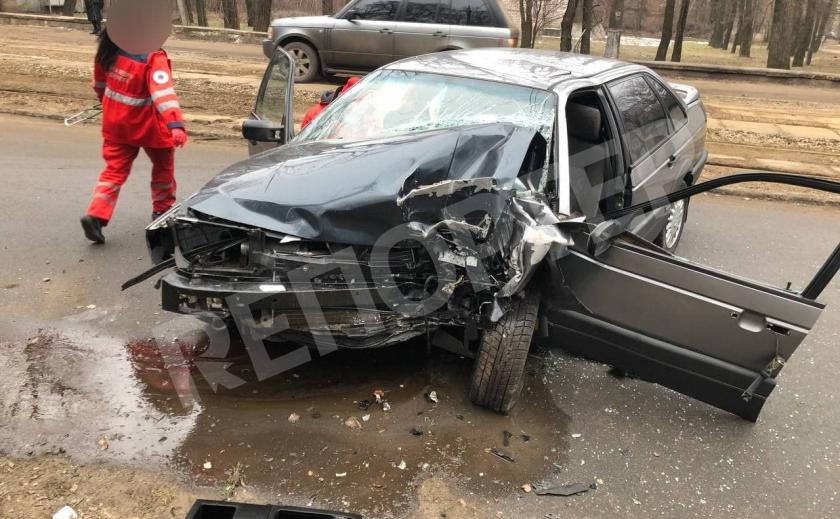 В Кривом Роге машина врезалась в столб, пострадали двое