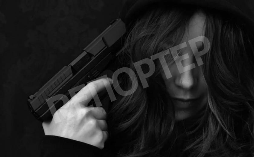 Грозная криворожанка разгуливала ночью с пистолетом