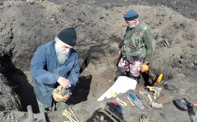 Под Кривым Рогом волонтеры обнаружили останки фашистов