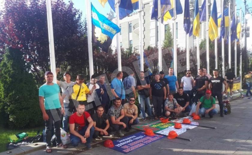 Горняки-уранщики «ВостГОКа» протестуют под Офисом президента