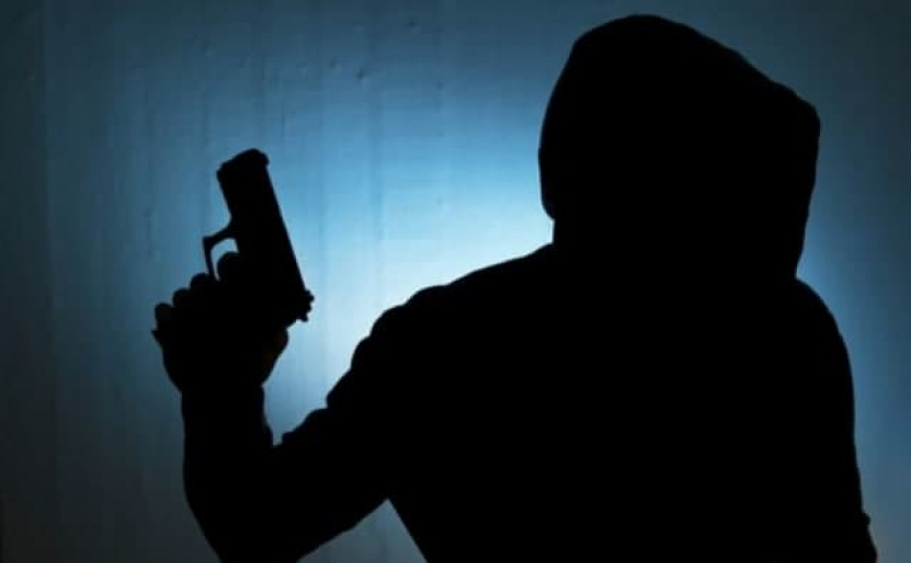 В Кривом Роге неадекватный мужчина размахивал перед детьми оружием
