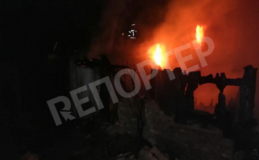 В Кривом Роге огонь охватил хозпостройки и гаражи