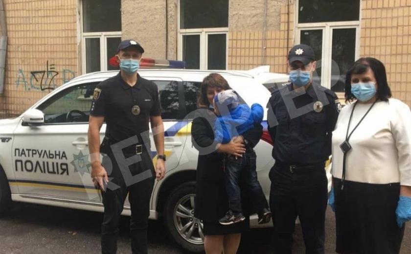 Двухлетнего малыша увезли от алкашей-родителей