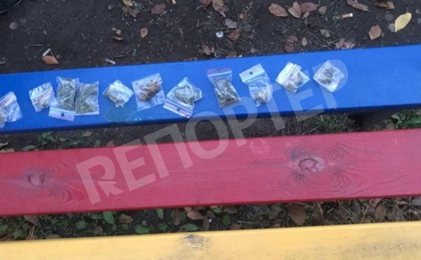 У криворожских друзей-нарков изъяли 25 пакетов с наркотиками