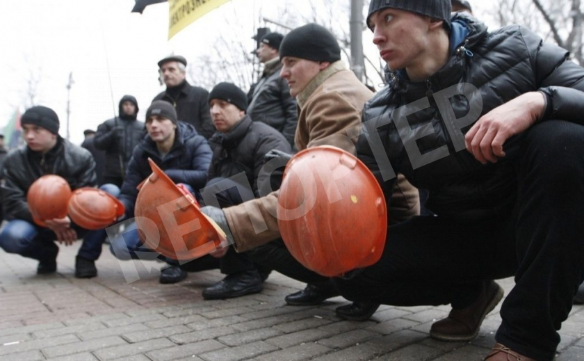 Требовавшие зарплату горняки прекратили забастовку