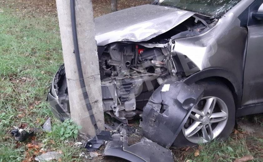 Криворожанину стало плохо за рулем, машина протаранила столб, водитель едва выжил